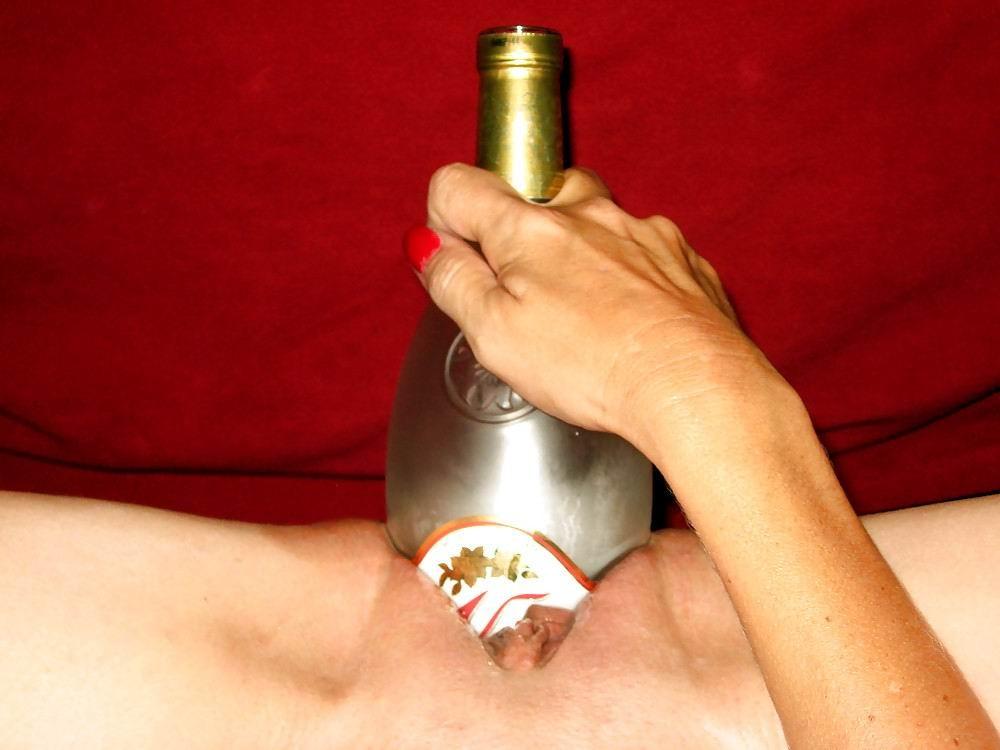 Разные развратницы показывают, как они принимают в свою пизду бутылки любых размеров
