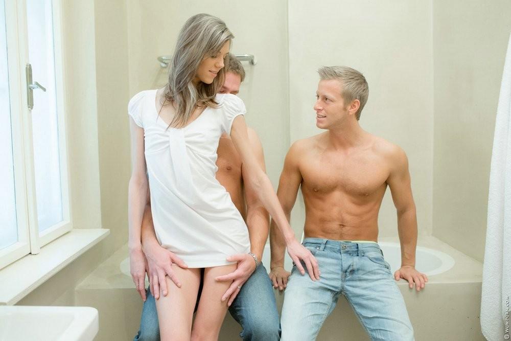 Одну худенькую телочку натягивают два парня и они с удовольствием овладевают ее дырочками