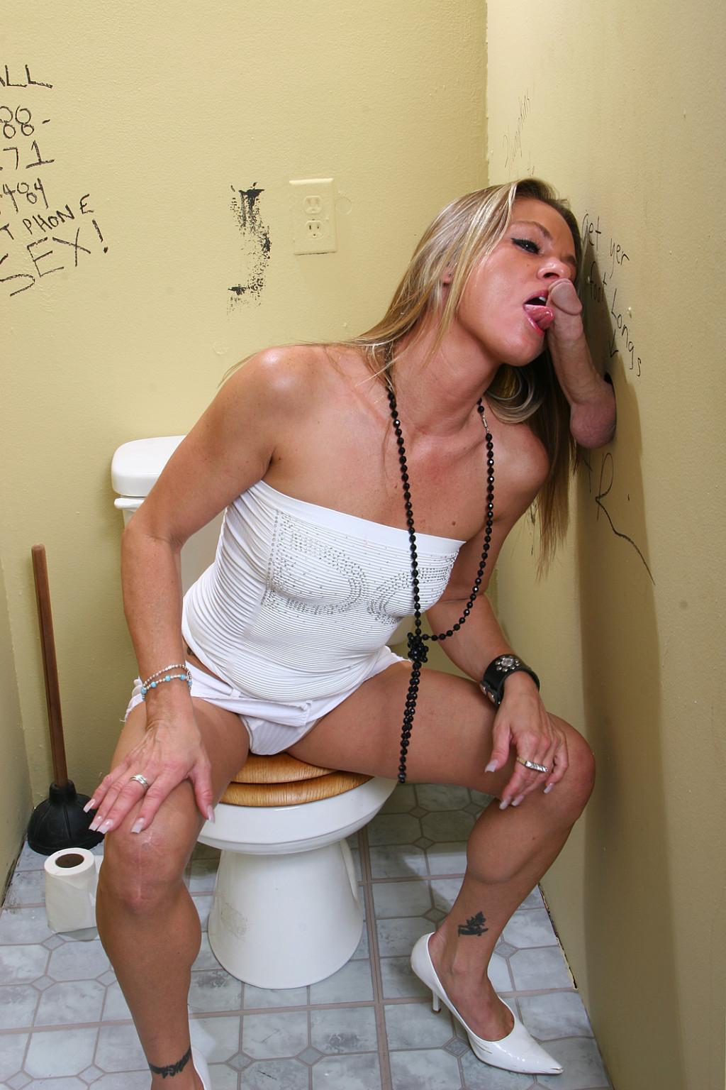 Стерва бедном порнуха в туалете клуба через дырку в стене сайнт