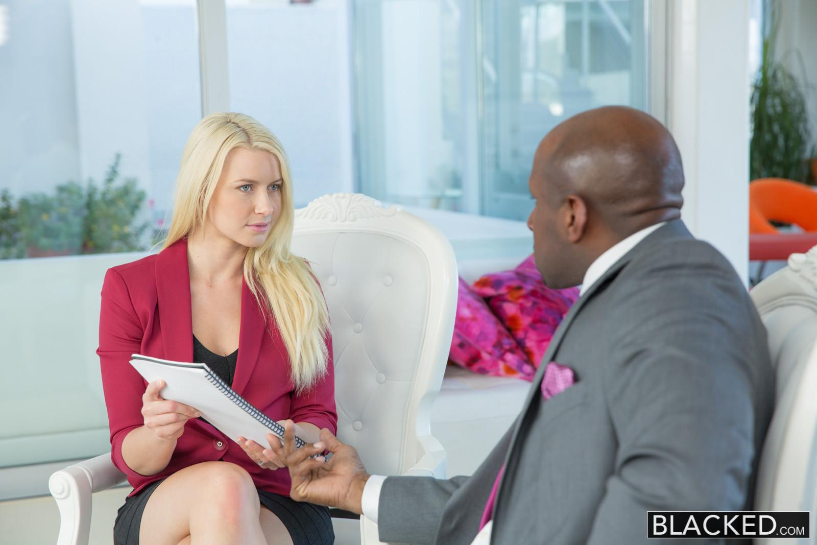 Бизнес-леди оказывается развратной сучкой, которая готова принять негритянский член в себя
