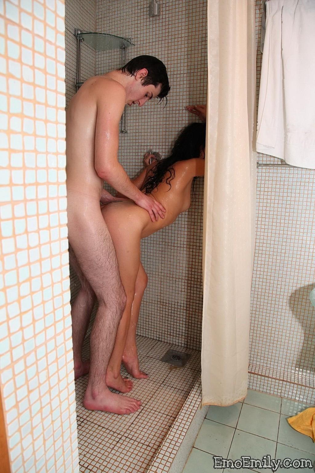 английский секс трахает в ванной душе бане на природе рассказывать