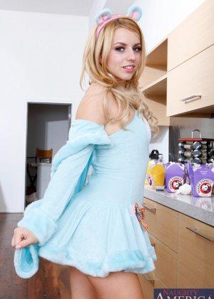 Блондинка на кухне занялась сексом с большим членом