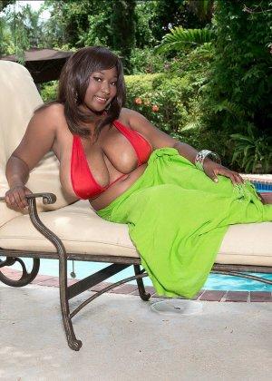 Мария Леоне – темнокожая пышечка, которая не прочь поделиться своими эффектными снимками со всеми