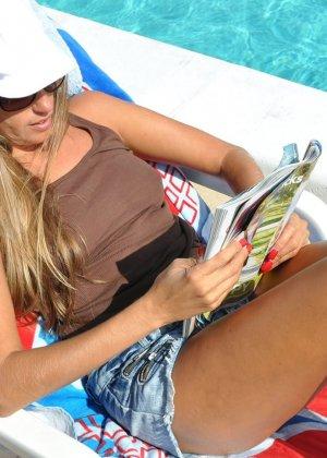 У красотки Лори Андерсон великолепное тело, которым она хвастает у бассейна перед всеми отдыхающими