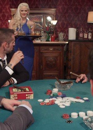 Когда мужикам наскучивает игра в покер, они бросаются на Холли Харт и устраивают ей тройное проникновение