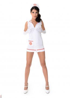 Брюнетка в костюме медсестры старательно показывает стриптиз, получая от этого моральное удовлетворение