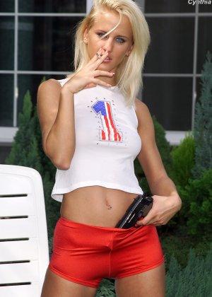 Красивая блондинка расслабляется и вводит в свою писечку небольшую бутылку, раздвигая ножки
