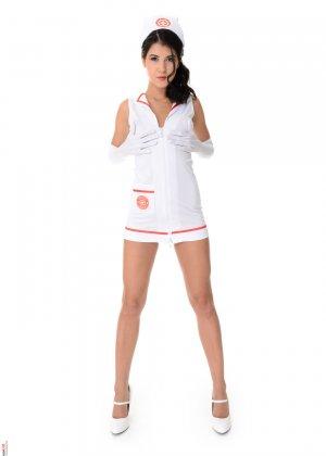 Брюнетка Леди Ди оделась в костюм медсестры, а затем устроила красивый и возбуждающий стриптиз