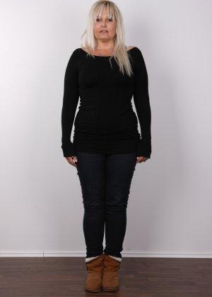 Блондинистая зрелая дамочка с пышными формами позволяет наблюдать за собой, показывая все части тела