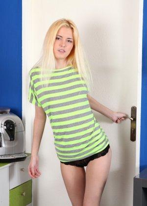 Сексуальная блондинка показывает свою хрупкую фигурку