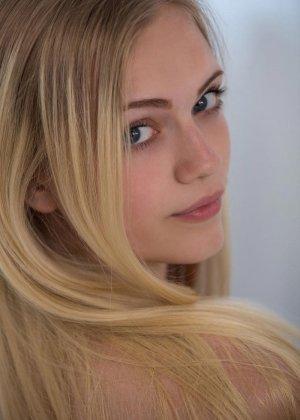Молодая блондинка показывает всю свою сексуальность, принимая разные откровенные позы