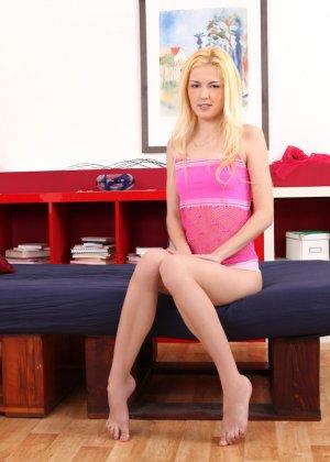 Молодая блондинка развлекается на диване и показывает, как ей хорошо может быть в одиночестве