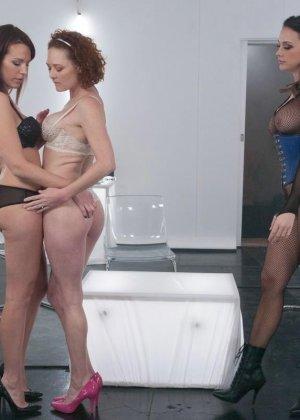 Девушки пускают в ход огромные фаллосы, пробуя на прочность анусы друг друга