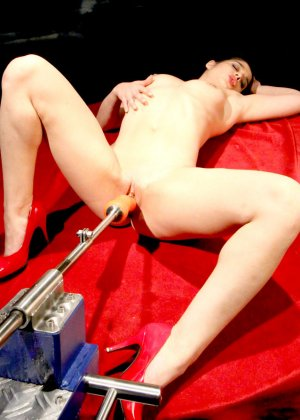 Секс-машина удовлетворяет похотливую самочку, которая с давних времен мечтает получить яркий оргазм