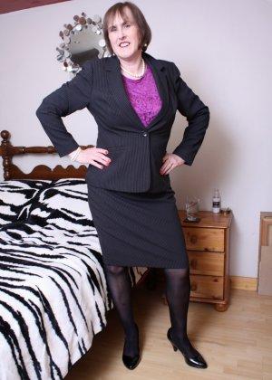 Британская зрелая женщина показывает себя, но старается сохранить некоторую загадку