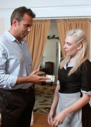 За воровство эта блондинка будет отрабатывать языком, тем более что хозяин очень похотливый тип