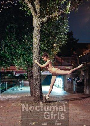 Девушка словно воссоединяется с природой и ночным городом