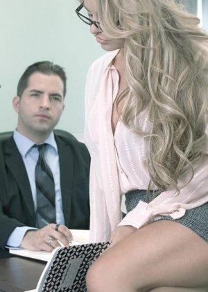 Грудастая секретарша стонет и кричит, когда босс трахает ее в своем кабинете во время обеденного перерыва
