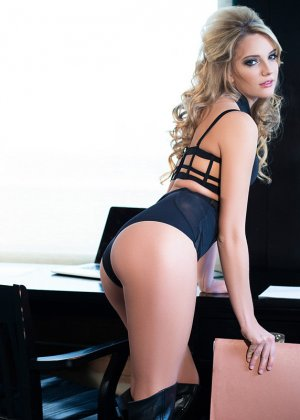 Кенна Джеймс невероятно сексуальна, поэтому смотреть на нее одно удовольствие