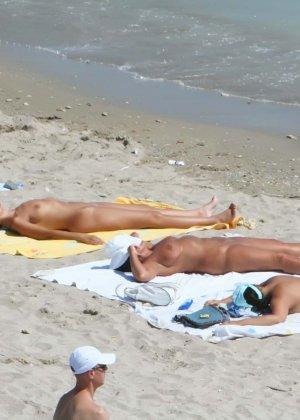 Голые и изобретательные нудисты развлекаются на пляже, везде красивые дырки и большие члены
