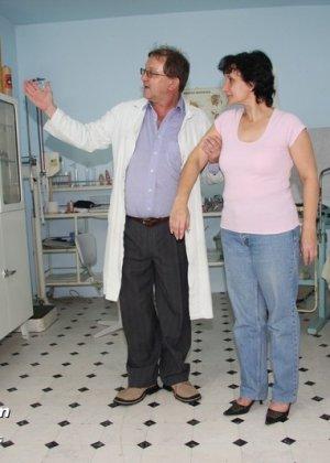 Зрелая женщина на приеме у гинеколога разрешает делать с собой самые развратные вещи
