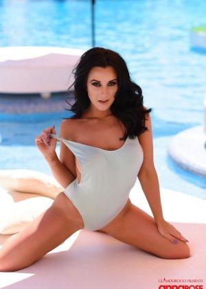 Жгучая брюнетка Анна Роуз раздевается на краю бассейна, показывая всем желающим свои прекрасные сиськи и жопу