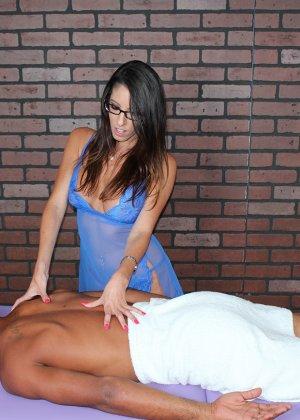 Брюнетка делает массаж очередному клиенту, она умело шевелит пальчиками