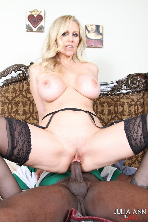 Негр ебет пышную зрелую блондинку в чулках