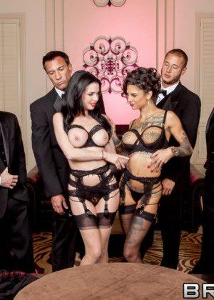 Вероника и Бонни обслужили друзей мужа одной из них