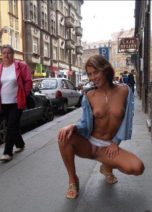 Сексуальная женщина засвечивает свои интимные места на публике