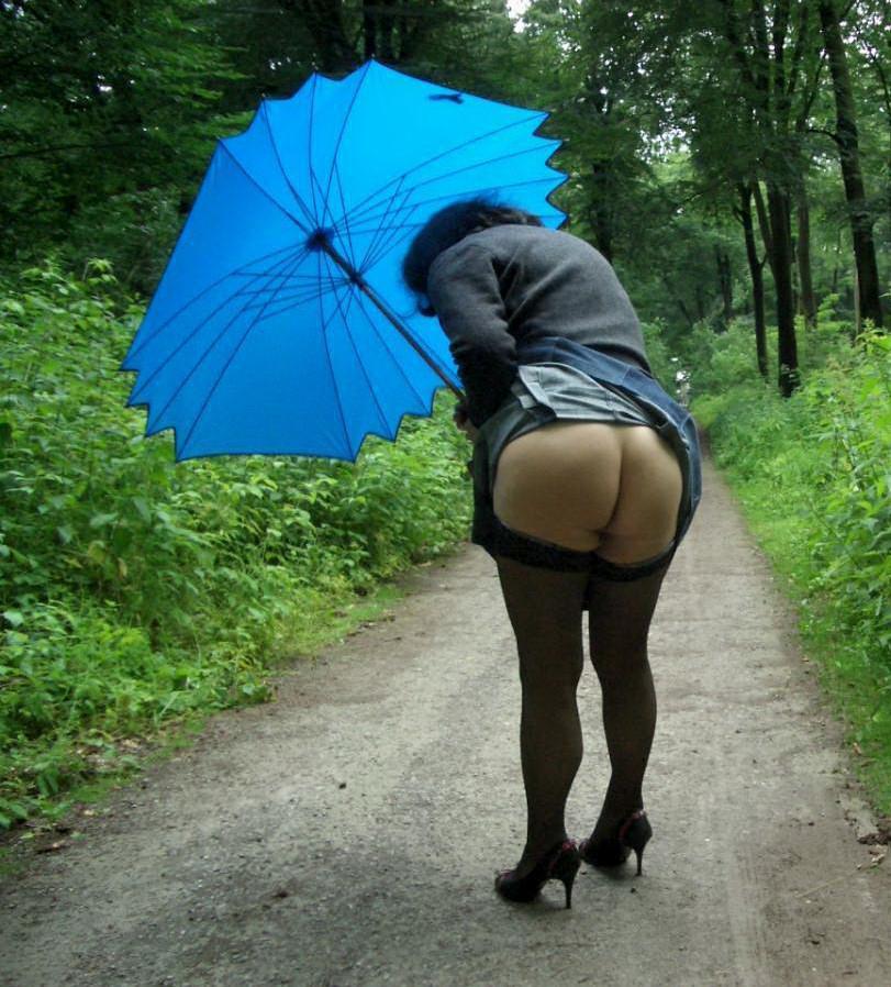 Женщина готова показать, как она мочится в унитаз и ходит с зажимами на сосках и половых губах