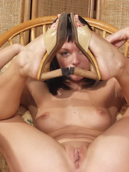 Девушка выпивает и становится еще откровенней, она раздвинула красивые ноги и показала вагину