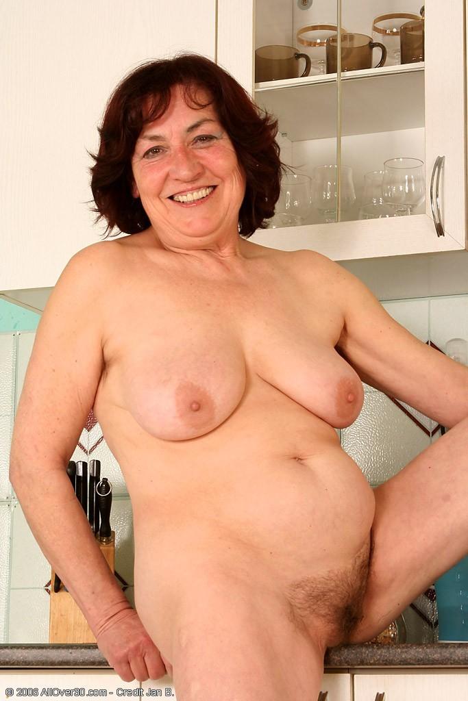 Женщина 63 лет, хочет чтобы с ее пиздой поиграли