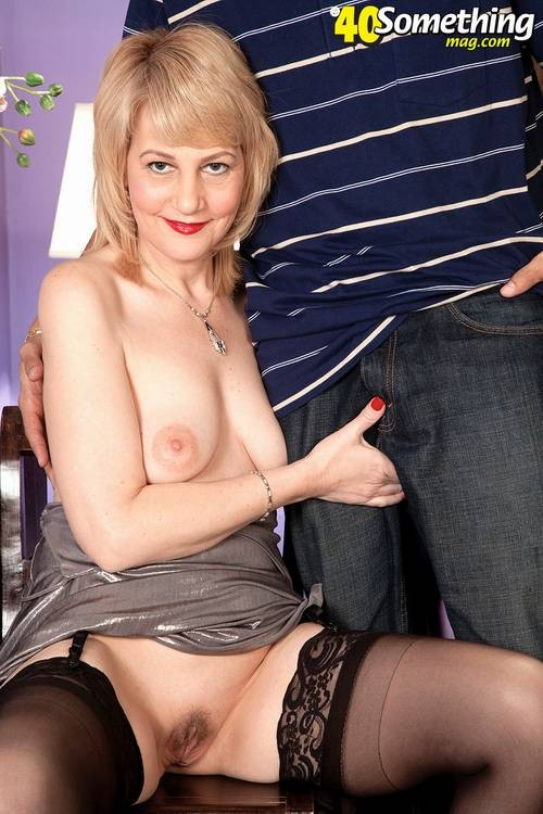 Зрелая блондинка приласкала соседа, который пришел после работы, мужчина очень устал, но от секса не отказался