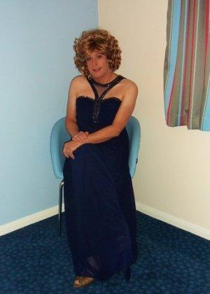 Зрелая женщина в элегантном платье лишь немного показывает эротики, но в основном стесняется