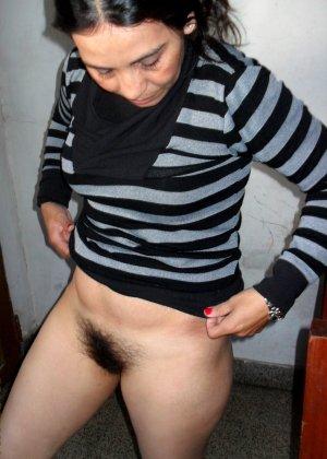 Мексиканская зрелая женщина демонстративно показывает свою волосатую пизду – она совсем не бреется