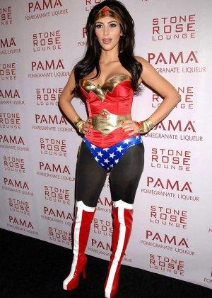 Ким Кардашьян показывает себя в разных ярких нарядах – она доказывает, что обладает крутой внешностью