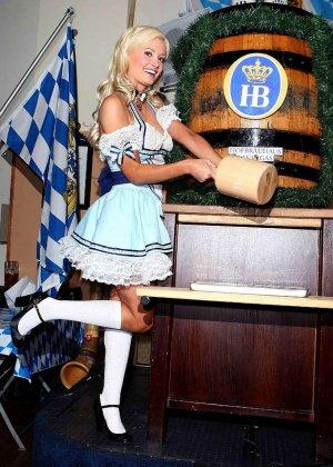 Знаменитость Холли Мэдисон выставляет напоказ свои красивые стройные ноги и носит платья с глубоким вырезом на сиськах