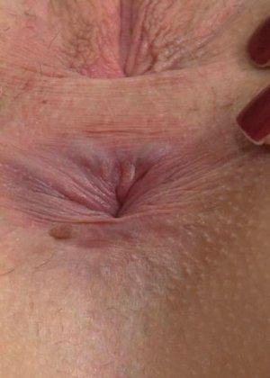 Крупный план анальной мастурбации блондинки