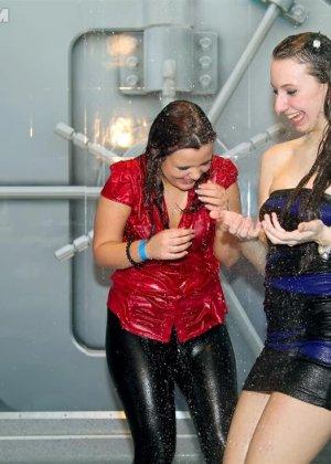 Одетые в обтягивающие платья девки, обливаются водой