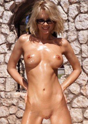 Худая блондинка с бритой вагиной намастила себя маслом для загара и улеглась под солнцем голая