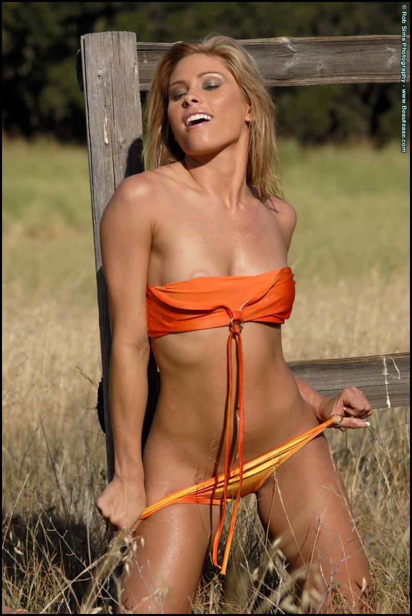 Красавица сняла оранжевое бикини