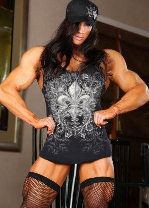Angela Salvagno показывает мускулы и большой клитор