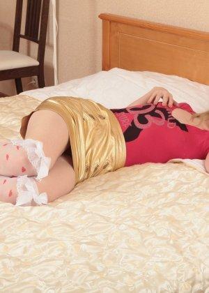 Волосатая блондинка мастурбирует попку и киску