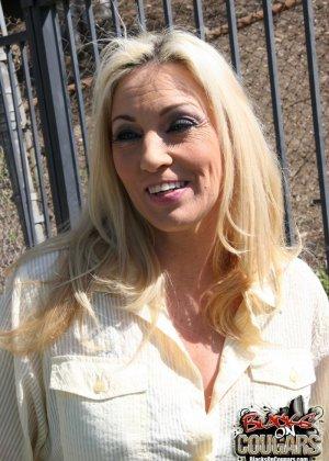 Пожилая блондинка и два негра