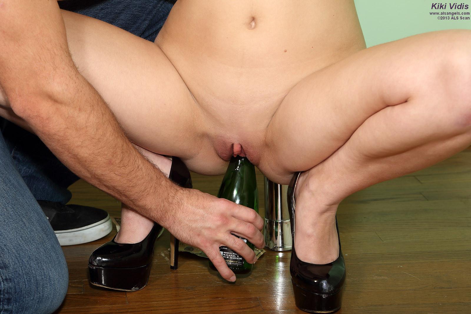 Трахнул стриптизершу бутылкой и дал ей в рот