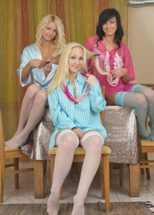 Три девушки веселятся обнаженными