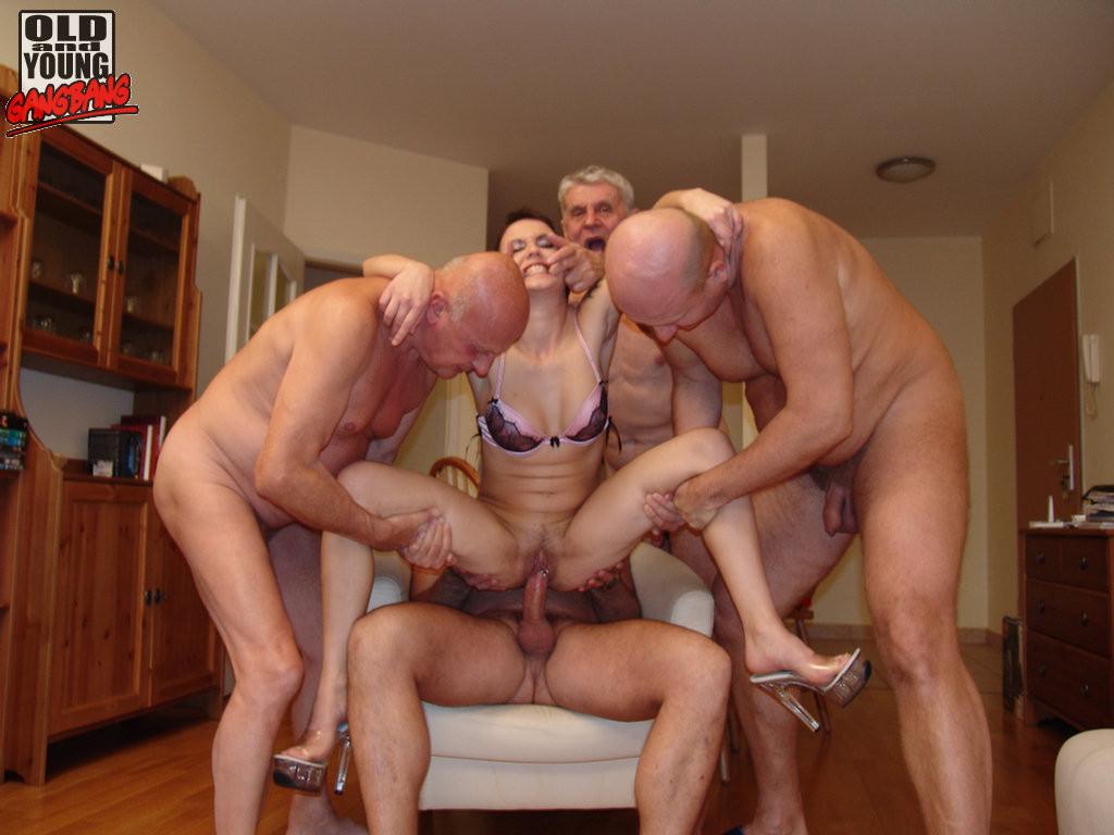 брюнетка грубое групповое порно старые мужики когда парень