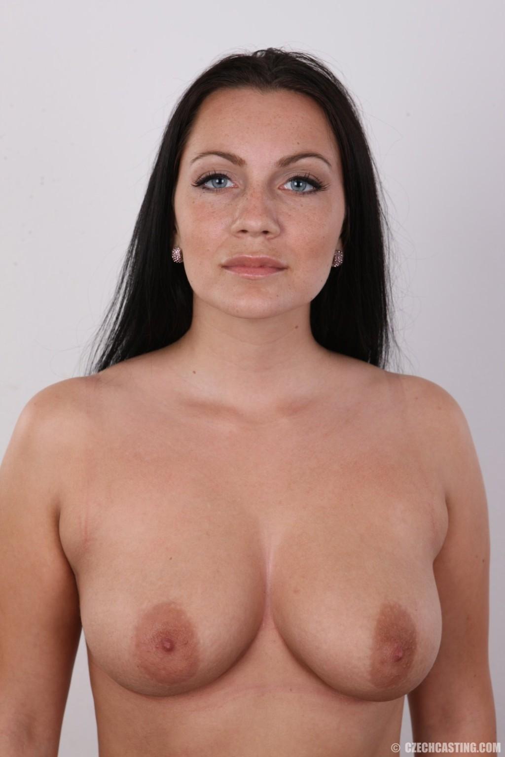 Зрелая брюнетка с хорошим телом позирует голая стоя