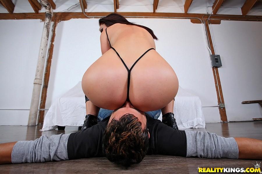 Эротические фото попа в стрингах женщина